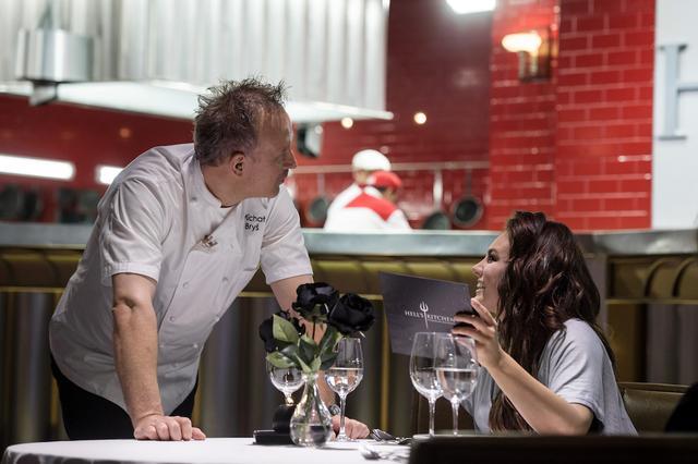 WOW! Co za dekolt! Ewa Farna w Hell's Kitchen - mamy dużo zdjęć (FOTO)