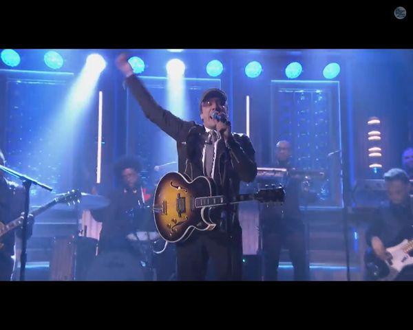 FENOMENALNY Jimmy Fallon naśladuje Bono z U2 [VIDEO]