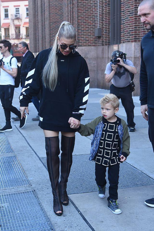 Dlaczego Fergie nie wychodzi z domu bez szalika?