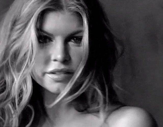 Fergie pokazała się topless (VIDEO)
