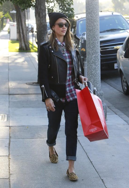 Gdy Jessica Alba kupuje prezenty na święta… (FOTO)