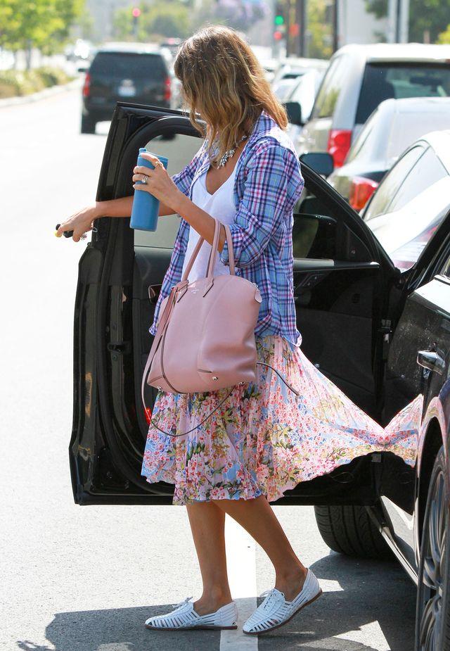 Czy Jessica Alba codziennie dzwoni do stylistki? (FOTO)