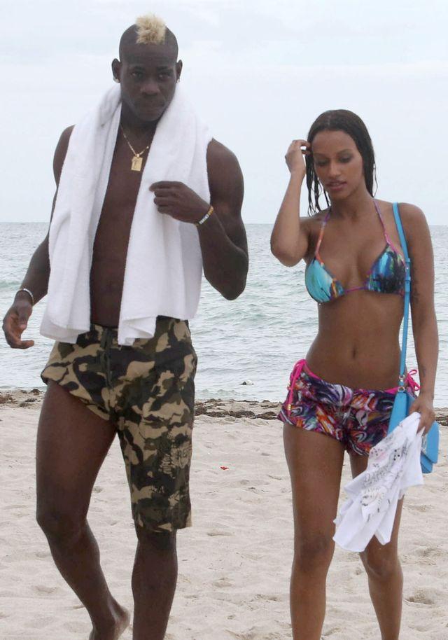 Mario Balotelli i jego seksowna dziewczyna na plaży (FOTO)