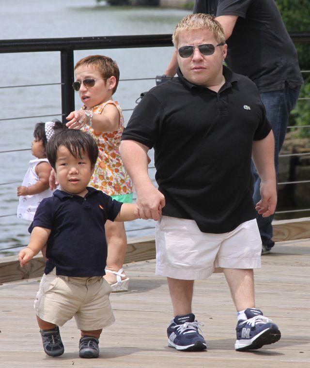 Mała para z dziećmi na statku pirackim (FOTO)