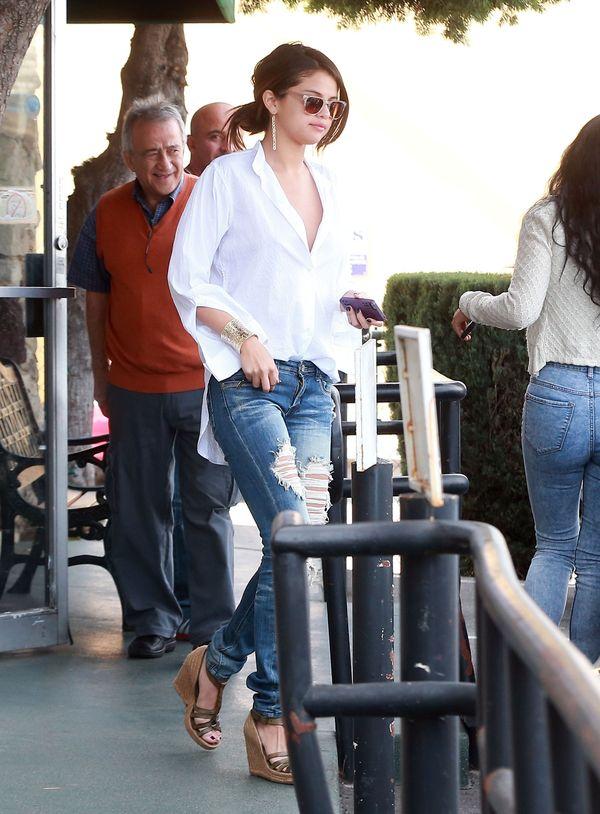 Selena Gomez w przetartych dżinsach i białej koszuli (FOTO)