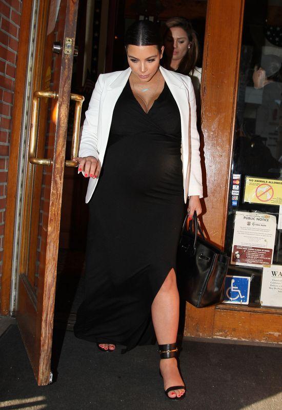 Kim Kardashian na obiedzie z przyjaciółmi (FOTO)
