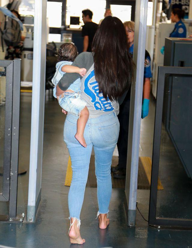 North West z mamą Kim Kardashian na lotnisku (FOTO)