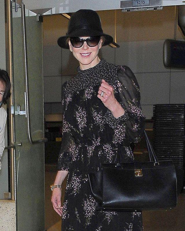 Jeśli dłonie zdradzają wiek, to Nicole Kidman wygląda na...