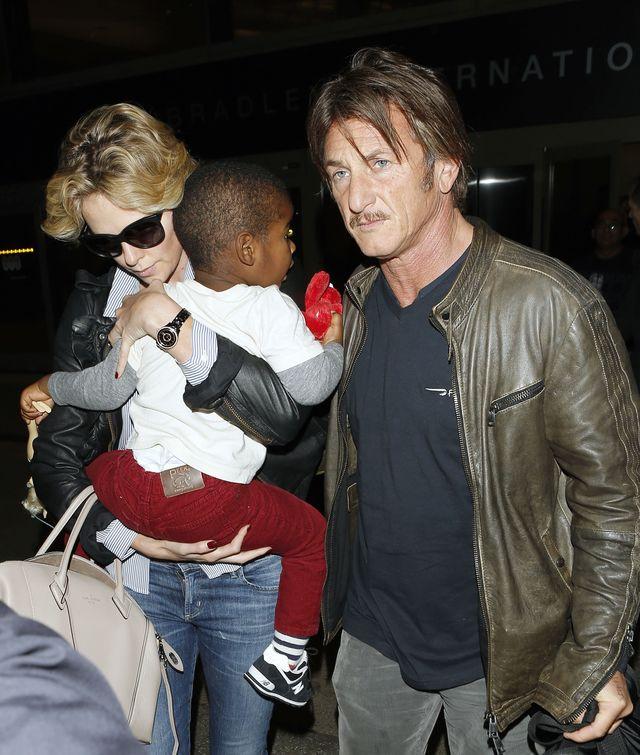 Sean Penn na lotnisku z Charlize Theron i jej synem (FOTO)