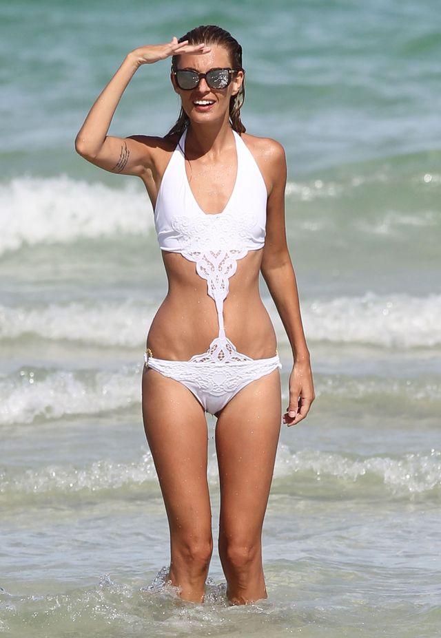 Sveva Alviti topless na plaży (FOTO)