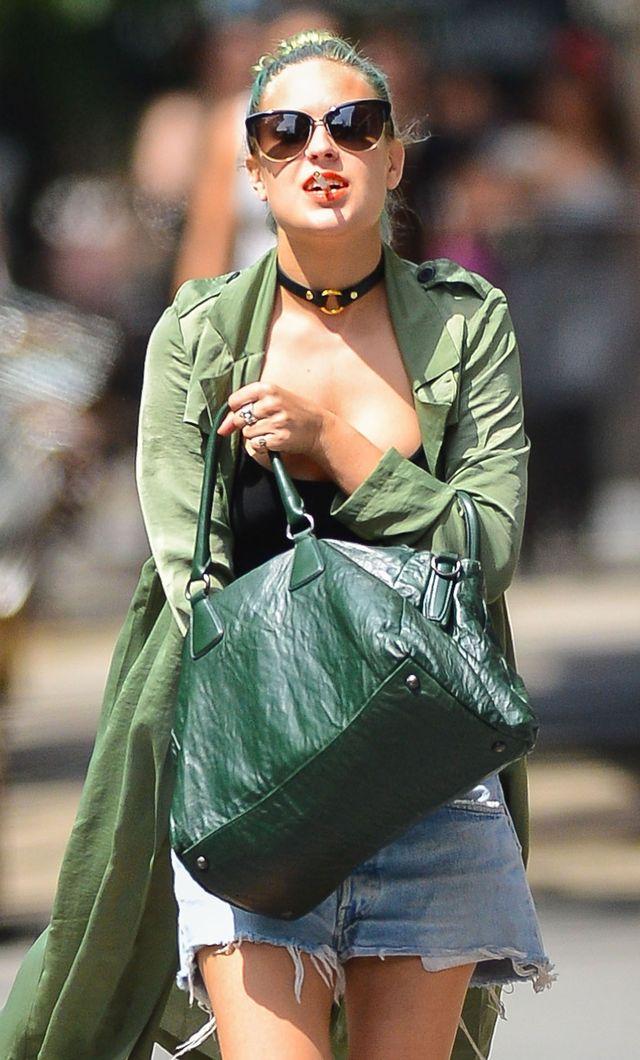 Tallulah Willis z papierosem na ulicy (FOTO)