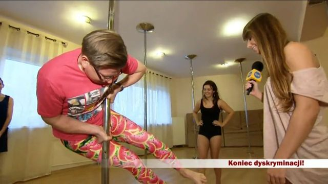 Filip Chajzer tańczy na rurze