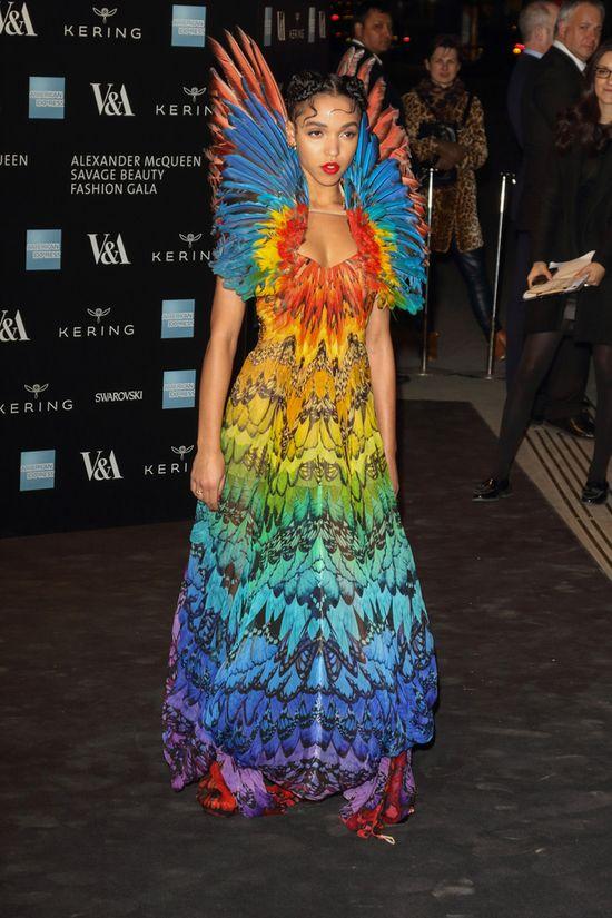 Dziewczyna Roberta Pattinsona jak kolorowy ptak (FOTO)