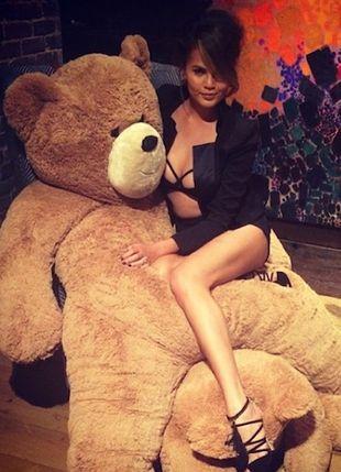 Lily Allen zmienia pieluchę Carze Delevingne (FOTO)