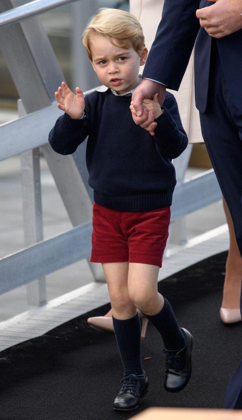 Jak to się stało, że książę George miał DŁUGIE spodnie na kartce świątecznej?
