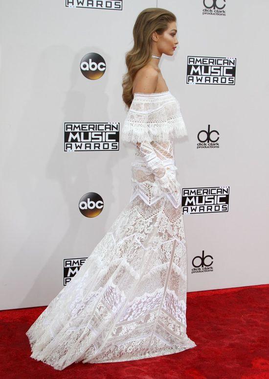 Gigi Hadid założyła TĘ suknie na rozdanie AMA's. Wszyscy mówią tylko o niej!