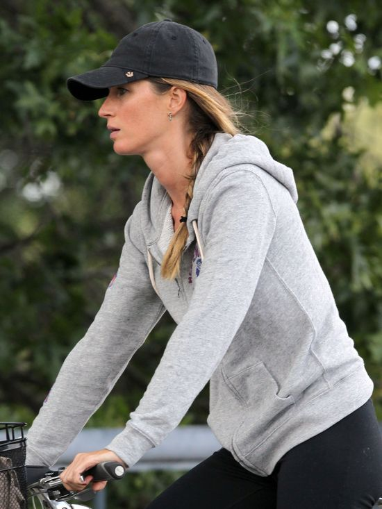Gisele Bundchen zasuwa na rowerze (FOTO)