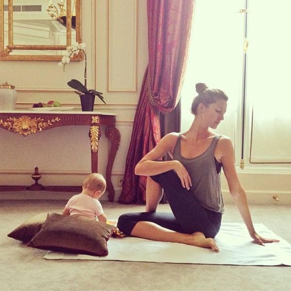 Gisele Bundchen ćwiczy jogę z córeczką