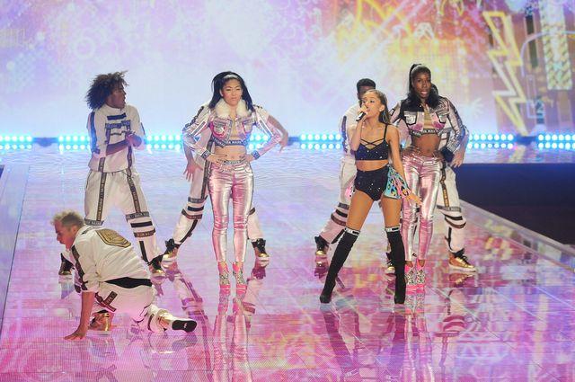 Modelka uderzyła Arianę Grande na wybiegu Victoria's Secret