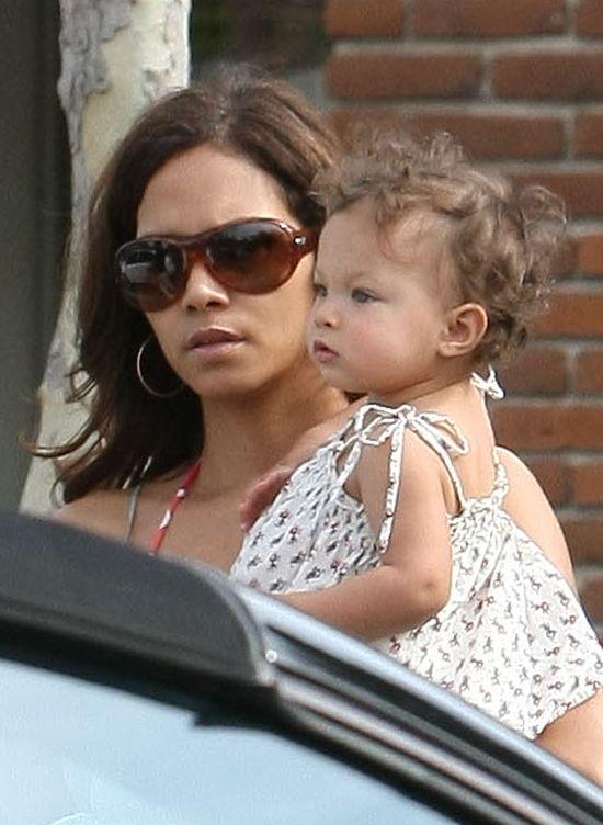 Były Halle Berry chciał WYBIELIĆ ich córkę!
