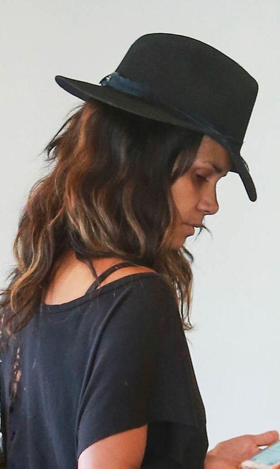 Zmęczona Halle Berry bez makijażu (FOTO)