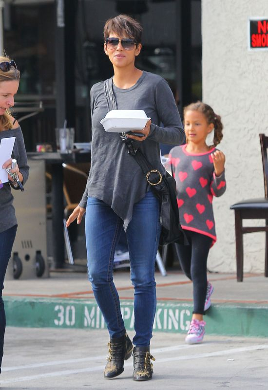 Halle Berry relaksuje si� z c�reczk� (FOTO)