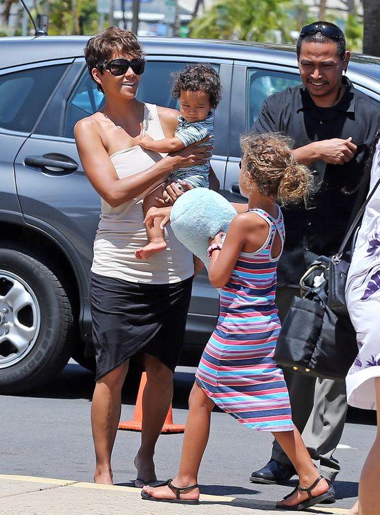 Paparazzi wreszcie sfotografowali synka Halle Berry (FOTO)