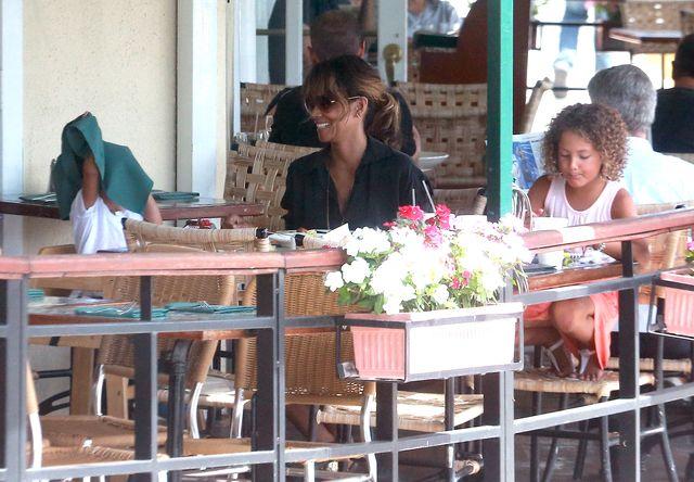 Dzieci Halle Berry dobrze się bawiły na lunchu z mamą (FOTO)