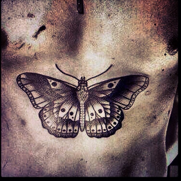 Harry Styles wytatuował sobie motyla na brzuchu