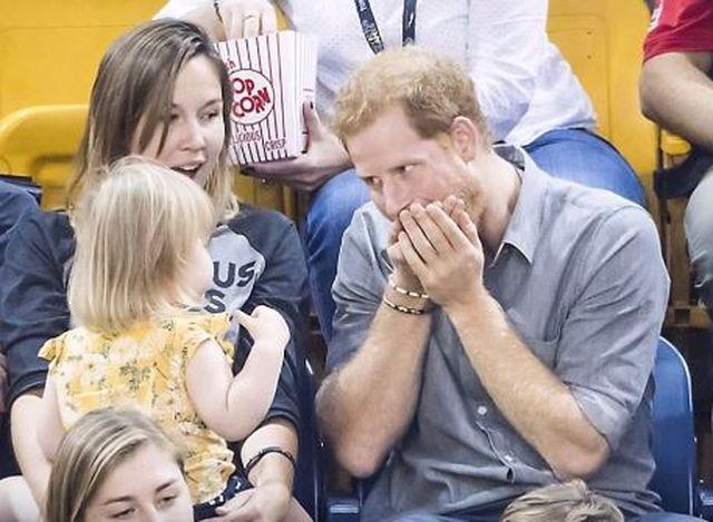 Podjadała popcorn samemu księciu Harry'emu. Jego reakcja...