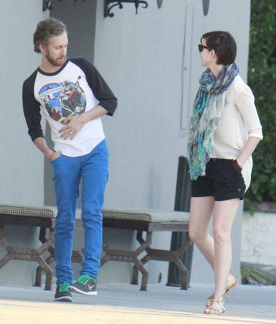 Anne Hathaway na spacerze z mężem (FOTO)