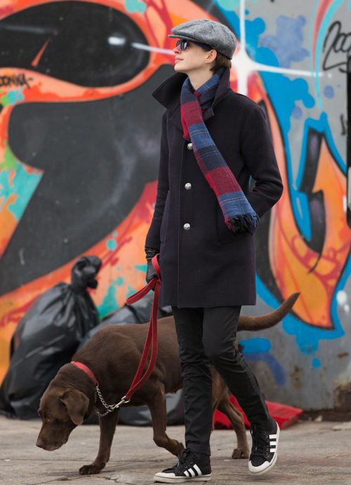 Zamaskowana Anne Hathaway wyprowadza psa