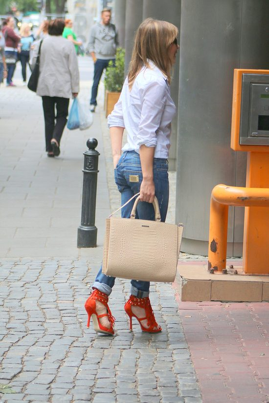 Zatrzepotała frędzlami - nie pamiętamy jej w takich butach