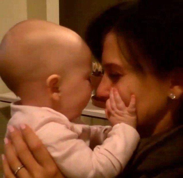 Ta córeczka znanej gwiazdy to mały całuśnik (VIDEO)