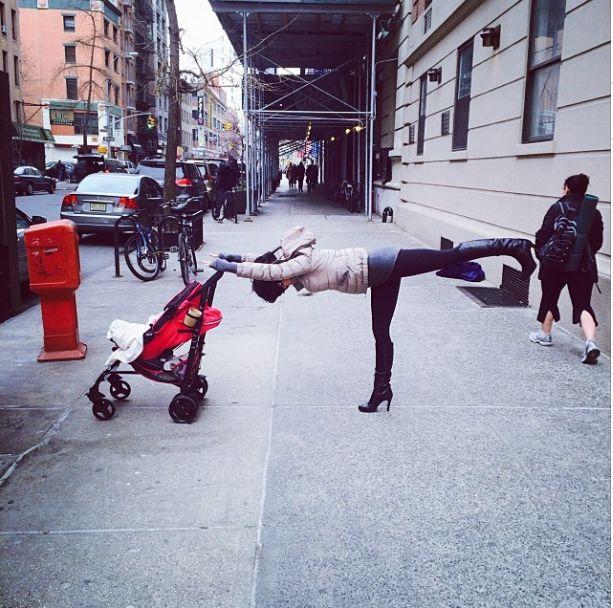 Żona znanego aktora ćwiczy jogę niemal wszędzie (FOTO)