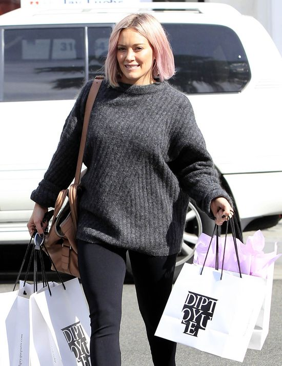 Hilary Duff �ci�a i przefarbowa�a w�osy (FOTO)