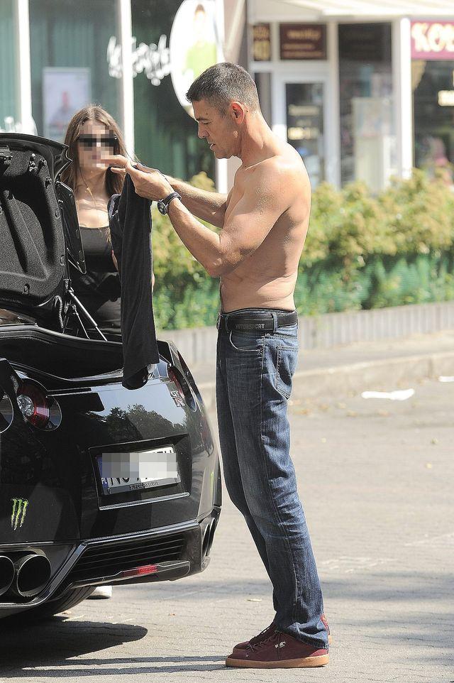 Krzysztof Hołowczyc bez koszuli na parkingu (FOTO)