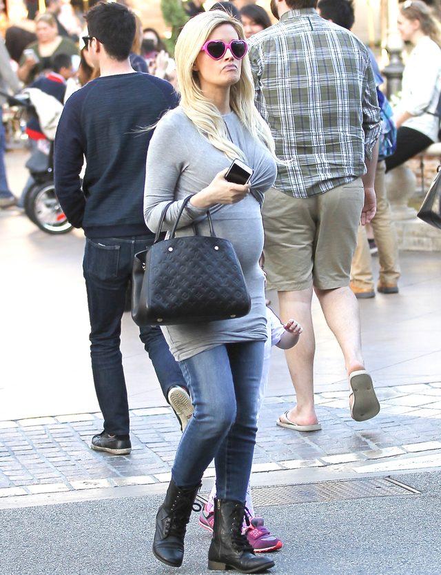 Holly Madison pokazuje ciążowy brzuszek (FOTO)