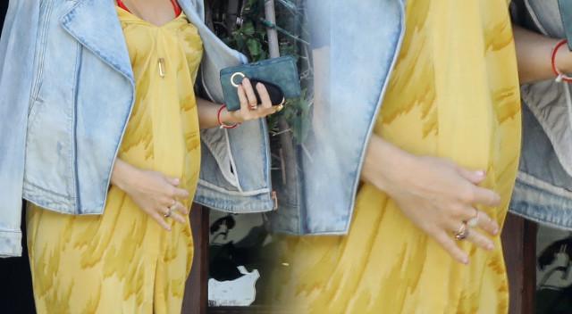 Nawet luźna sukienka nie ukryje CIĄŻOWEGO brzuszka tej gwiazdy (ZDJĘCIA)