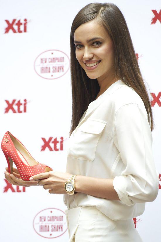Irina Shayk reklamuje buty