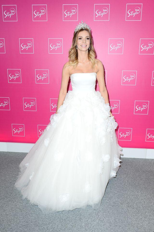 Nie ma to, jak przyjść do pracy w sukni ślubnej