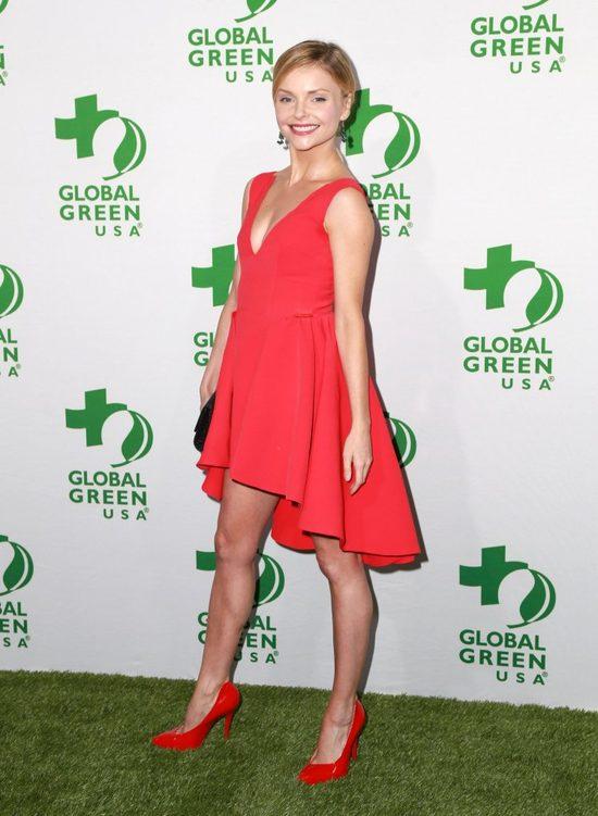Izabellę Miko trochę poniosło na zielonym dywanie (FOTO)