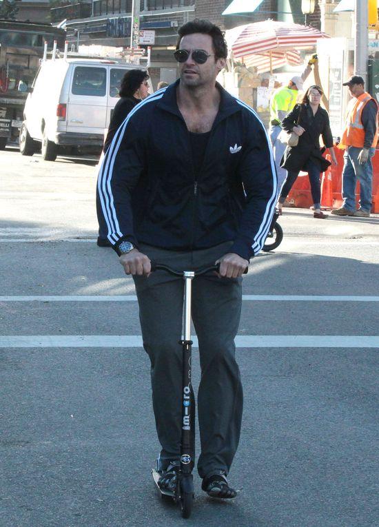 Hugh Jackman na hulajnodze (FOTO)