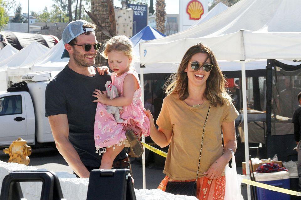 Jamie Dornan z żoną i córkami na zakupach (ZDJĘCIA)