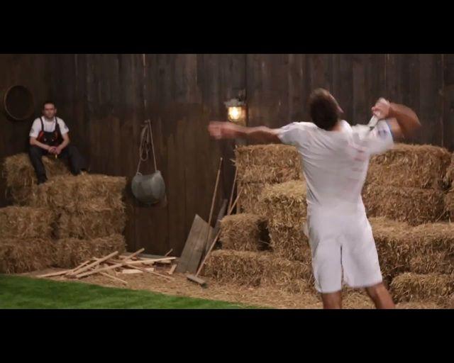 Jerzy Janowicz zrywa z siebie koszulkę w szopie [VIDEO]