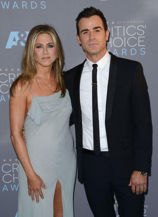Lepiej patrzyć na twarz Jennifer niż na jej kreacje (FOTO)