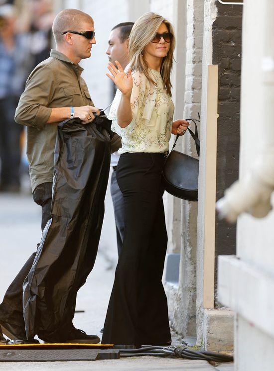 Za ten look Jennifer Aniston zebrała hejty i pochwały (FOTO)