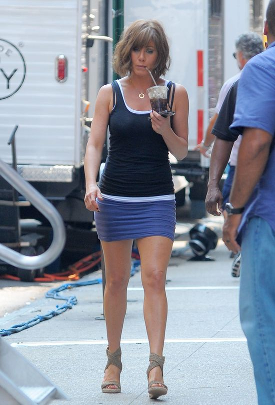 Jennifer Aniston pokazuje nogi i now� fryzur� (FOTO)