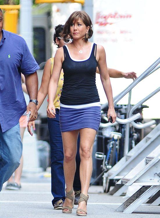 Jennifer Aniston pokazuje nogi i nową fryzurę (FOTO)