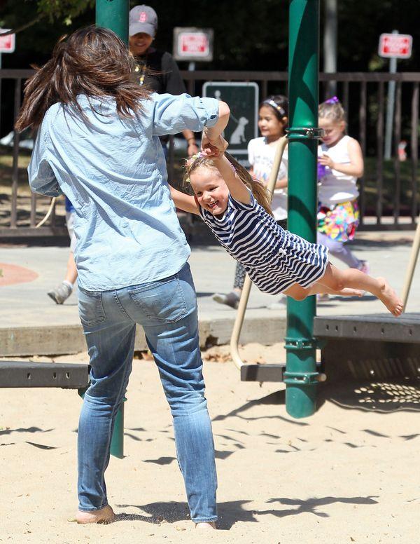 Jennifer Garner z córką Seraphiną w parku (FOTO)